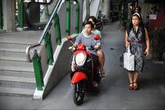 Tours de motocycliste sur un trottoir photographie stock