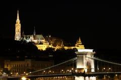 Tours de pêcheur et pont à chaînes par nuit Budapest Photographie stock libre de droits