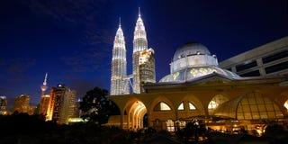 Tours de Petronas et horizon de Kuala Lumpur Photographie stock