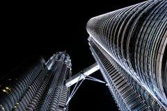 Tours de Petronas la nuit photographie stock