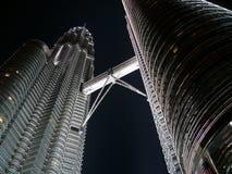 Tours de Petronas Twiin la nuit Photographie stock libre de droits