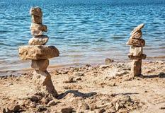 Tours de pierre sur le bord de lac, scène naturelle Images libres de droits