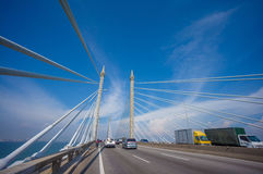 Tours de pont reliant George Town sur l'île et le Seb de Penang Images stock