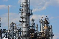 Tours de raffinerie de pétrole Photographie stock libre de droits