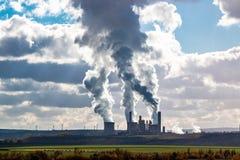 Tours de refroidissement de centrale sur l'horizon avec la bannière de fumée photographie stock libre de droits