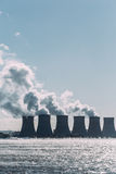 Tours de refroidissement d'une centrale nucléaire ou d'une CN avec de la fumée épaisse Image stock