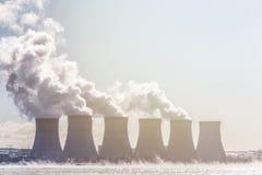 Tours de refroidissement d'une station d'énergie nucléaire ou d'une CN avec de la fumée épaisse Photo stock