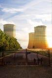 Tours de refroidissement d'usine de puissance atomique Photos libres de droits