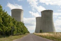 Tours de refroidissement d'usine de puissance atomique Photographie stock libre de droits