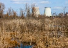Tours de refroidissement de l'usine de production combinée près de Kyiv, Ukraine Images libres de droits