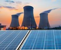 Tours de refroidissement et centrales photovoltaïques Images libres de droits