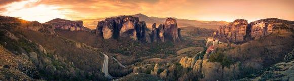 Tours de roche des monastères de Meteora sur eux Photographie stock libre de droits