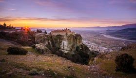 Tours de roche des monastères de Meteora sur eux Photographie stock