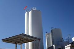 Tours de stockage à l'installation laitière Photo stock