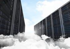 Tours de système de stockage de données contre le ciel à l'arrière-plan Photographie stock
