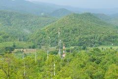 Tours de télécommunication dans la forêt Photos libres de droits