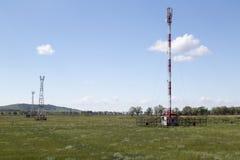 Tours de télécommunication dans le jour d'été ensoleillé Photographie stock libre de droits