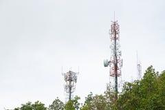 Tours de télécommunication, situées dans une forêt Image libre de droits
