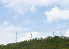 Tours de télécommunication, situées dans une forêt Photographie stock libre de droits