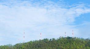 Tours de télécommunication, situées dans une forêt Photographie stock