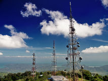 Tours de télécommunication sur le dessus de la montagne Images stock