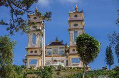 Tours de Thanh That Da Phuoc sur le fond de ciel bleu scénique images stock