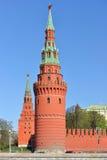 Tours de Vodovzvodnaya et de Borovitskaya de Moscou Kremlin Image libre de droits