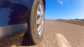 Tours de voiture de sport sur la route banque de vidéos