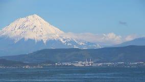 Tours de volcan de Koryaksky au-dessus de la ville de Petropavlovsk-Kamchatsky image stock
