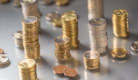 Tours des euro pièces de monnaie empilées dans différentes positions photographie stock libre de droits