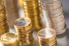 Tours des euro pi?ces de monnaie empil?es dans diff?rentes positions images stock