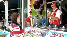 Tours du vendeur de crème glacée  banque de vidéos