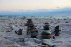 Tours en pierre devant la mer photo libre de droits