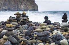 Tours en pierre par l'océan images stock
