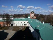 Tours et éléments architecturaux de Kremlin antique sur le fond de la vue supérieure de la ville, située sur les banques de images libres de droits