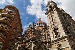 Tours et dôme d'église de San Juan el Real à Oviedo Images libres de droits