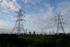 Tours et lignes électriques électriques Photo libre de droits