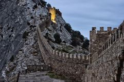 Tours et mur de la forteresse Genoese Photographie stock libre de droits