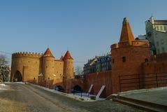 Tours et murs de briques rouges de la barbacane historique de Varsovie pour Photos stock