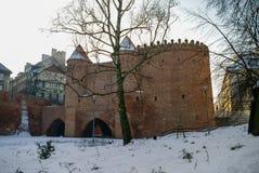 Tours et murs de briques rouges de la barbacane historique de Varsovie pour Photographie stock
