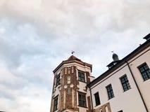 Tours et spiers d'un vieux beau château antique de haute pierre médiévale contre un ciel bleu images stock