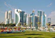 Tours et terrain de jeu de Doha Images stock