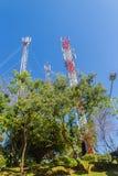 Tours grandes de téléphone portable et de communication sur le fond de ciel bleu Haute tour de télécommunication sur le fond de b Image libre de droits