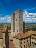 Tours jumelles dans une ville médiévale, Toscane, Italie photos stock