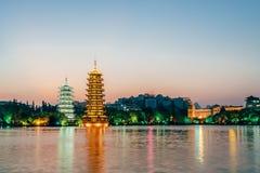 Tours jumelles de lune de Guilin, Guangxi, Chine Sun se garent photo stock