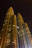 Tours jumelles de Petronas la nuit Photos libres de droits