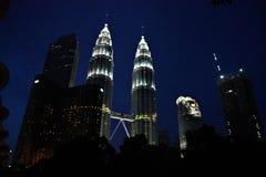 Tours jumelles de Petronas la nuit, les Tours jumelles les plus grandes dans le monde chez Kuala Lumpur Malaysia photo stock