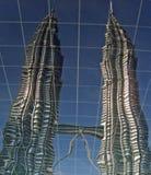Tours jumelles de Petronas reflétées images libres de droits