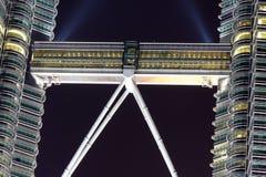 Tours jumelles de Skybridge Petronas la nuit Photographie stock libre de droits