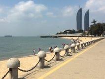 Tours jumelles et plage dans la ville de Xiamen, Chine du sud-est Photo stock